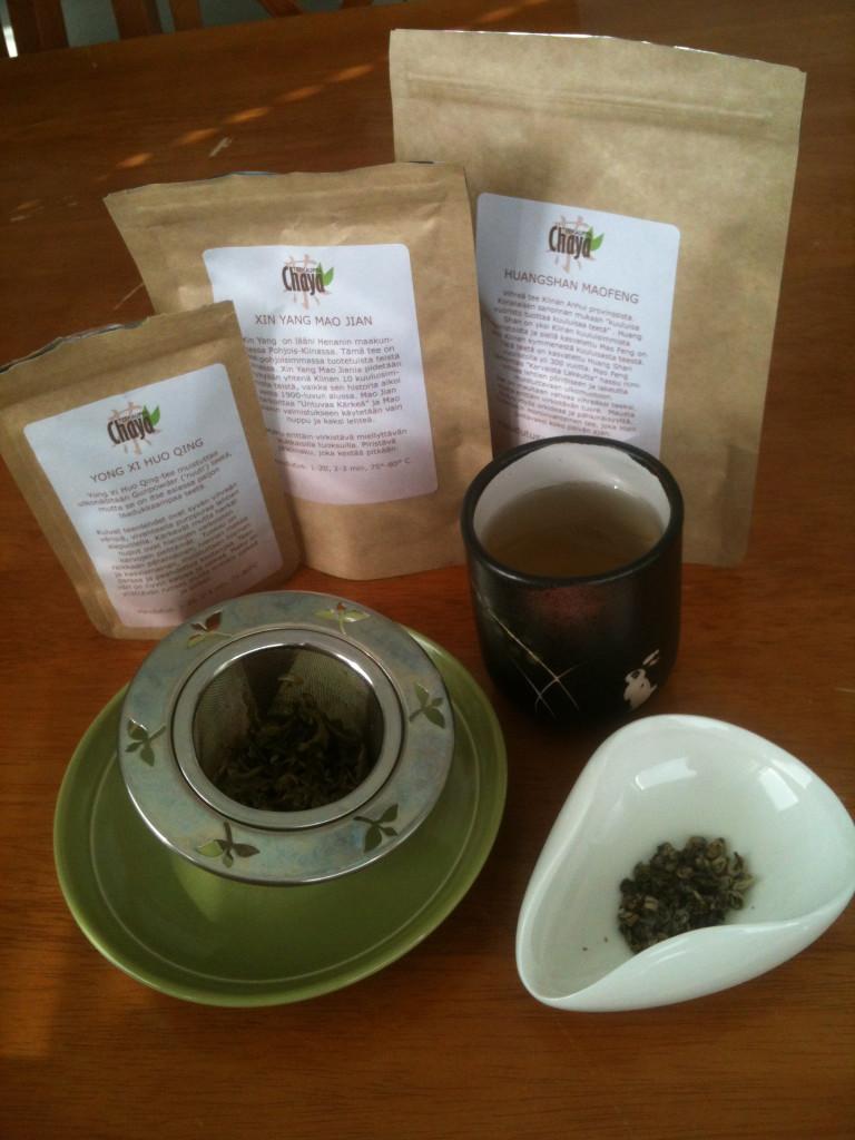 Kolme herkullista vihreää teetä maistelussa, juomana ja teelehtenä esillä Yong Xi Huo Qin.