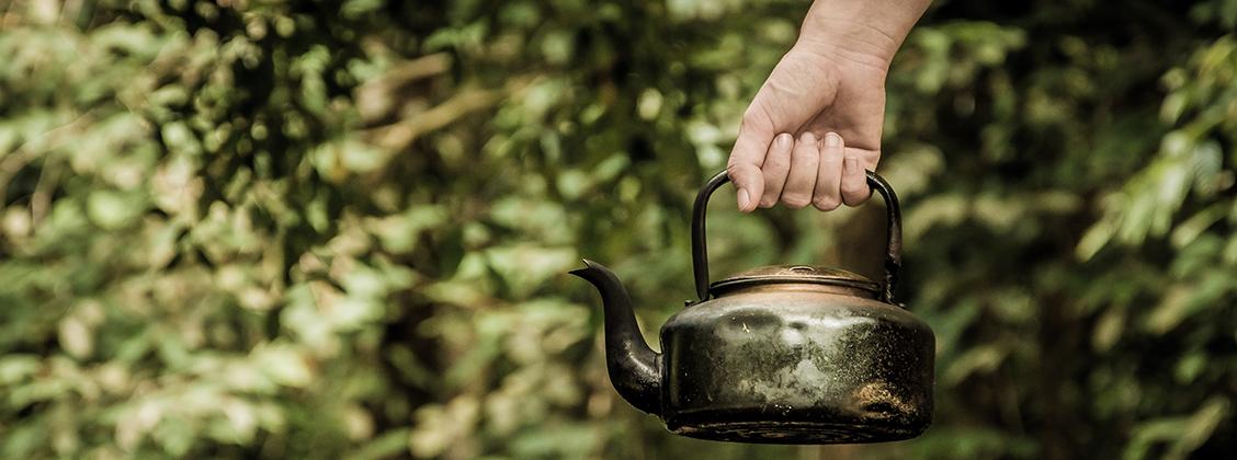 Vältä muovisia vedenkeittimiä, koska muovin maku tarttuu teehen ja voi pilata hienovaraisten teelaatujen maun.