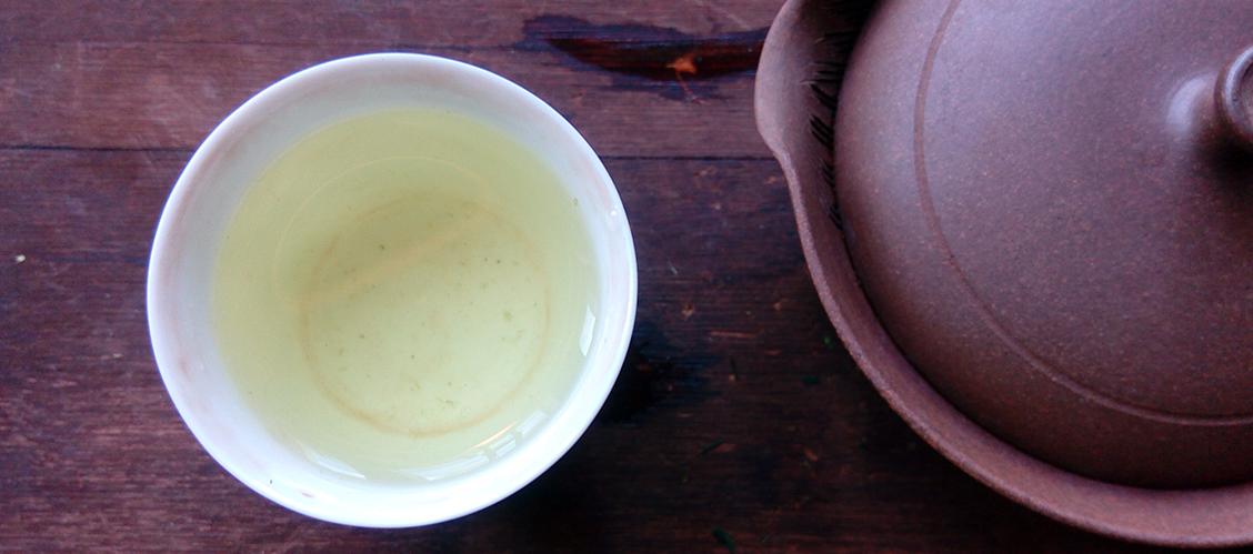 Hauduta aracha-teetä varovaisesti, jotta tee ei ylihaudu. Parhaimmillaan tee on kevyttä ja siinä on makua korostava ruokaisa umamin sävy.