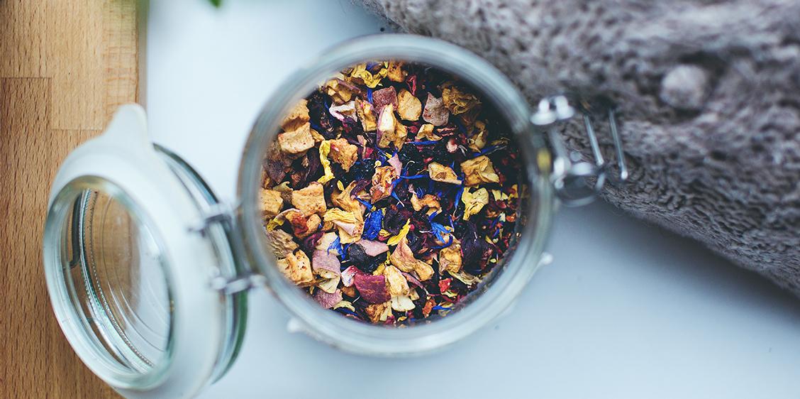 Itsetehty teesekoitus tai maustettu tee on paras lahja teenystävälle. Lue ohjeet ja valmista ainutlaatuinen teelaatu joululahjaksi!